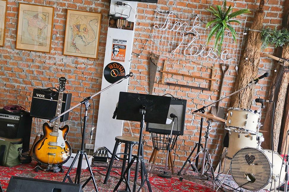 Junk House Music Bar, Ayutthaya, Thailand