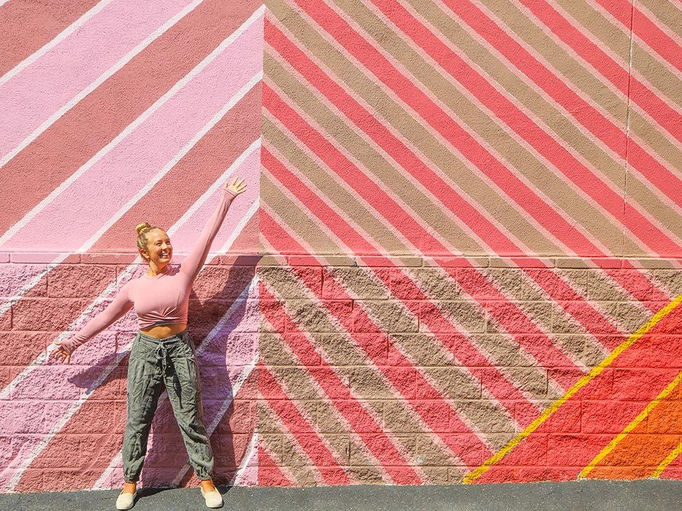 Wander Women Travel Workshop 2021 Alexandra Baackes in front of colorful mural