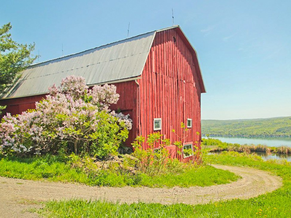 Wander Women Hudson Valley: old red barn in upstate New York